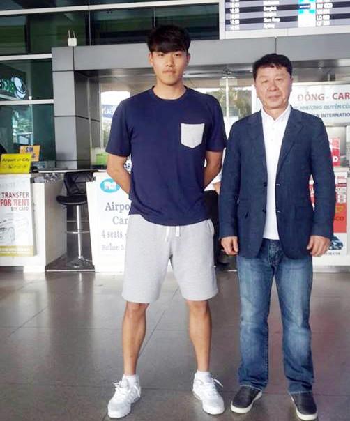 Giám đốc kỹ thuật Chung Hae Soung dẫn theo trung vệ Kim Jinseo sang thử việc