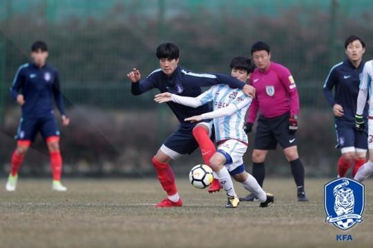 U23 Hàn Quốc (áo sẫm) đá tập với đội trường đại học Kwangwon ngày 3-1