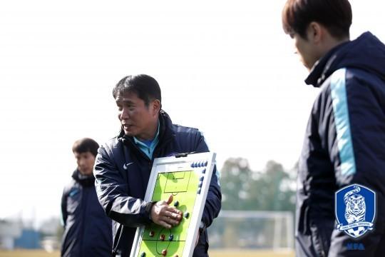 HLV Kim Bong Gil chỉ đạo học trò trong một buổi tập chuẩn bị VCK châu Á
