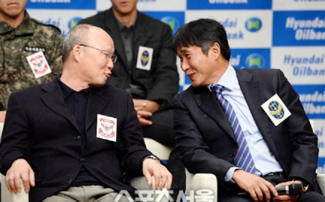 HLV Kim Bong Gil (phải) không lạ gì đồng nghiệp và cũng là người bạn thân Park Hang-seo