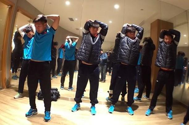 U23 Việt Nam làm nóng người tại khách sạn Jinling Grand chiều tối 7-1 (Ảnh Tiểu Phùng)