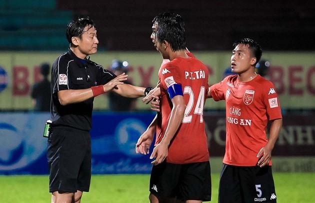 Công tác trọng tài V-League vẫn thường xuyên bị phản ứng