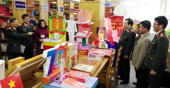 Ban tổ chức và thành viên ban giám khảo tham quan khu bày các tác phẩm dự thi