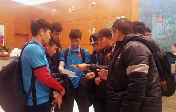 Tuyển thủ U23 Việt Nam nhận phòng tại khách sạn Merryland Trades, chuẩn bị ra sân tập tối cùng ngày (ảnh VFF)