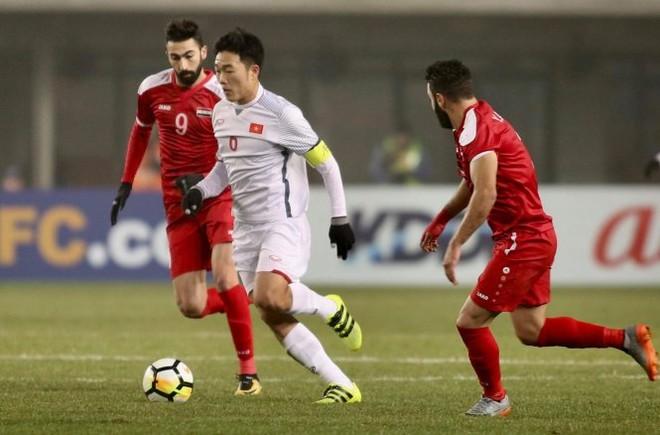 U23 Việt Nam (áo trắng) có trận đấu kiên cường trước Syria, qua đó giành vé tứ kết
