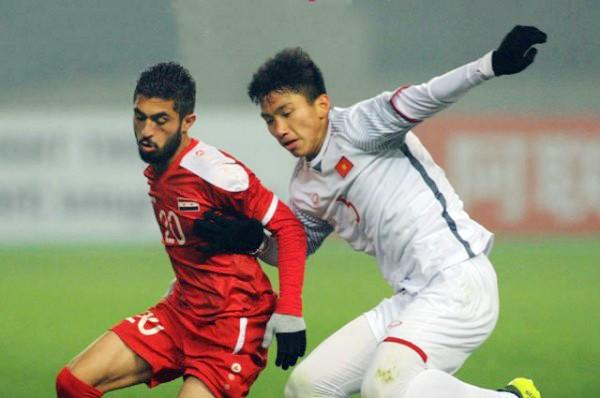 Mất Đoàn Văn Hạu (phải) là thiệt thòi lớn cho hàng thủ U23 Việt Nam