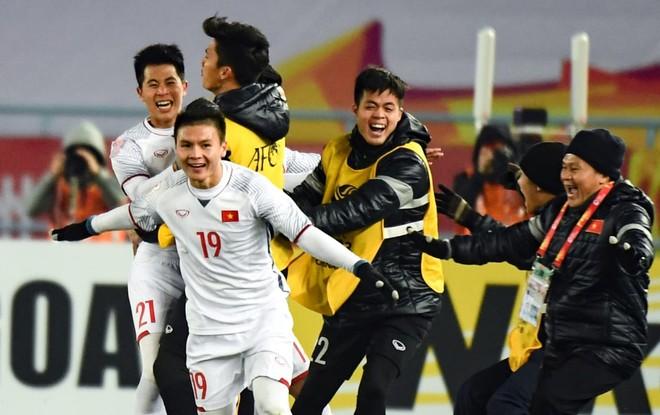 Các thành viên U23 Việt Nam vỡ òa vui sướng sau khi đánh bại U23 Qatar trong trận bán kết để giành tấm vé lịch sử vào chơi trận chung kết giải châu Á (ảnh AFC)