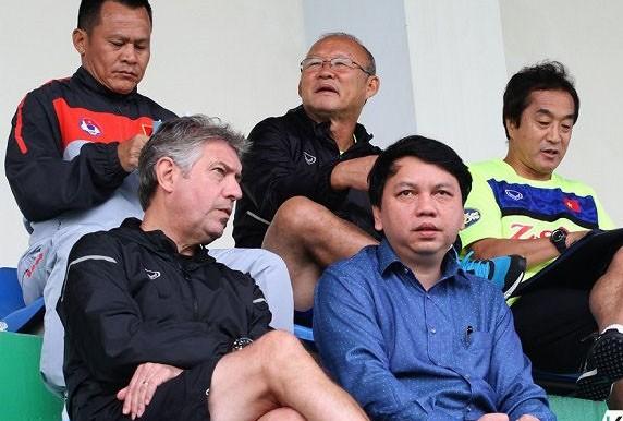 """Giám đốc kỹ thuật Gede (hàng dưới, bên trái) được ví như """"quân sư chuyên môn"""" của U23 Việt Nam tại hành trình vòng chung kết U23 châu Á 2018"""
