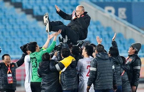 Các tuyển thủ U23 Việt Nam công kênh HLV Park Hang-seo sau chiến thắng lịch sử trước Qatar, giành vé vào chung kết giải U23 châu Á 2018