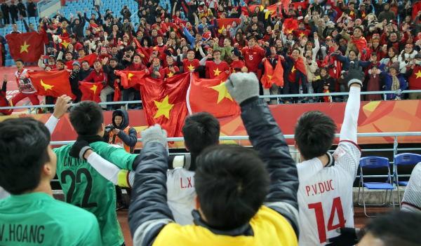 Hình ảnh cổ động viên Việt Nam mặc áo in cờ Tổ quốc, cổ vũ cuồng nhiệt trong các trận đấu vừa qua đã gây ấn tượng mạnh với ban tổ chức và làng bóng châu lục