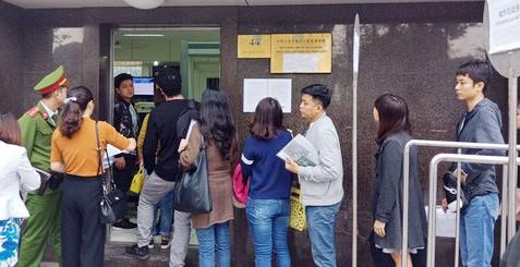 Người hâm mộ xếp hàng làm thủ tục visa tại Đại sứ quán Trung Quốc để sang Thường Châu cổ vũ đội tuyển U23 Việt Nam đá chung kết giải châu Á