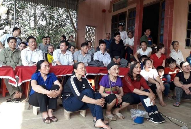 Dân làng Bào tới nhà thủ môn Tiến Dũng cổ vũ ở trận bán kết ngày 23-1 vừa qua