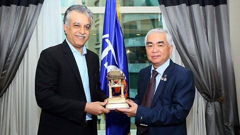 Chủ tịch AFC Salman Bin Ibrahim Al-Khalifa (trái) chúc mừng Chủ tịch VFF Lê Hùng Dũng và gửi lời chúc tốt đẹp tới U23 Việt Nam (ảnh VFF)