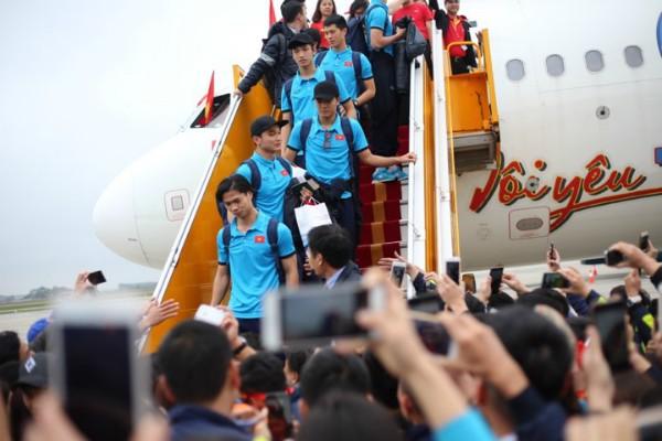 Các thành viên U23 Việt Nam đặt chân xuống sân bay