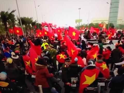 Xe buýt chở U23 Việt Nam diễu hành hướng về trung tâm Hà Nội