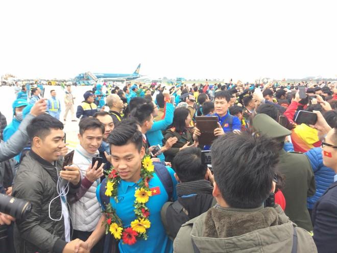 Văn Thanh cùng các tuyển thủ trong vòng vây báo chí, người hâm mộ