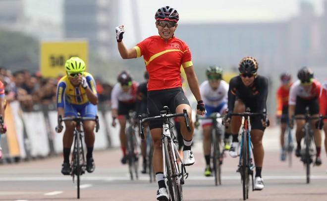 Nguyễn Thị Thật (áo đỏ) mang về tấm HCV châu Á lịch sử cho xe đạp nữ Việt Nam