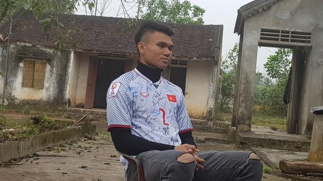 Xuất thân nghèo khó nhưng khi có tiền thưởng bóng đá, Xuân Mạnh nghĩ ngay tới việc giúp đỡ các hoàn cảnh khó khăn tại địa phương