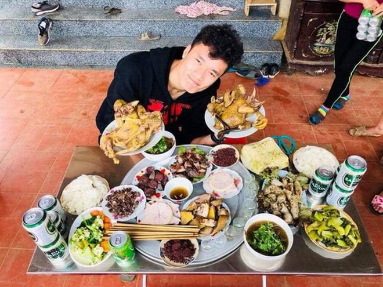 Thủ môn Tiến Dũng hạnh phúc chia sẻ hình ảnh bữa cơm đầu năm cùng dòng tộc