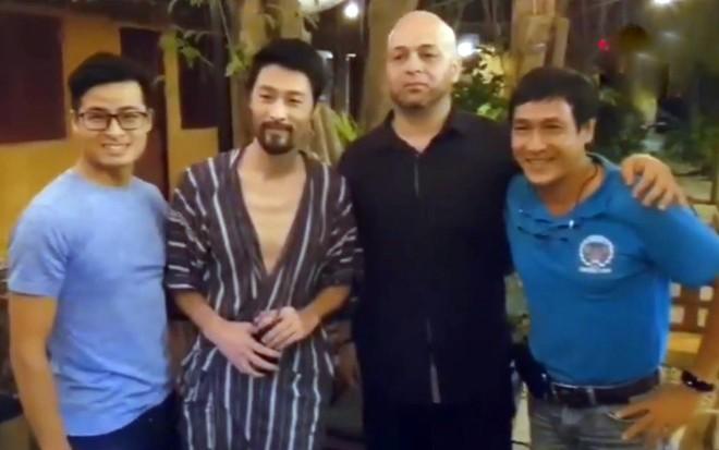 Johnny Trí Nguyễn và Flores vui vẻ chụp ảnh kỷ niệm sau cuộc chuyện