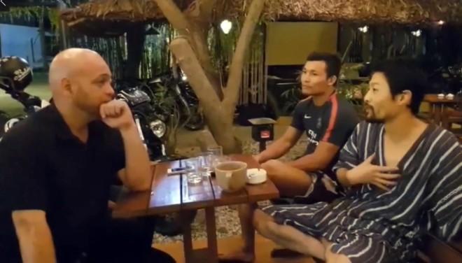 Johnny Trí Nguyễn (bên phải) trò chuyện cởi mở với Flores tại võ đường Liên Phong