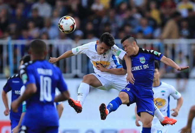 HAGL (áo trắng) và Bình Dương chia điểm trong trận đấu sân Pleiku chật kín khán giả