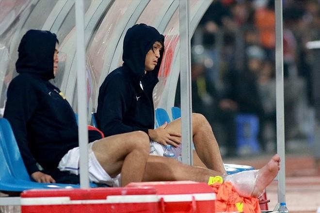 Tuấn Anh (bên phải) phải nghỉ ít nhất 6 tuần vì chấn thương tái phát