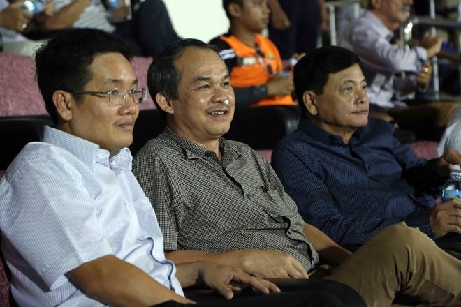 Bầu Đức (giữa) không tranh cử, cuộc đua Chủ tịch VFF còn 4 ứng viên trong đó có ông Nguyễn Công Khế (bên phải) và 3 người thuộc quyền quản lý của Bộ VH-TT&DL