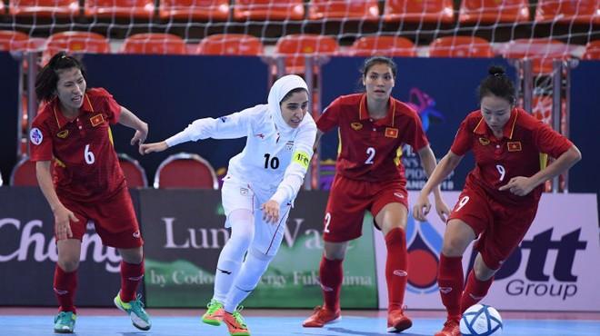 Tuyển futsal nữ Việt Nam (áo đỏ) dù cố gắng song không thể thắng đương kim vô địch Iran và chấp nhận vào chơi trận tranh hạng ba châu Á