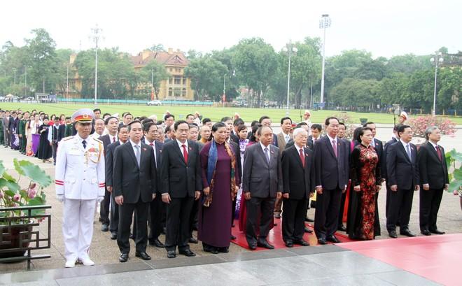 Đoàn ĐBQH vào lăng viếng Chủ tịch Hồ Chí Minh sáng 21-5