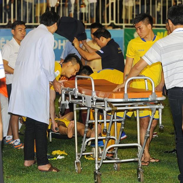 Xe cứu thương về sớm khiến trung vệ Văn Khánh phải chịu đau thêm 10 phút mới được đưa vào viện