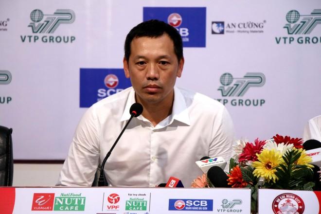 HLV Nguyễn Đức Thắng buồn bã sau trận thua CLB Hà Nội, cũng là trận thua thứ 5 của SLNA qua 10 vòng đấu