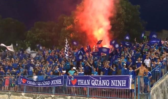 Cổ động viên Than Quảng Ninh đốt pháo sáng trên sân Lạch Tray