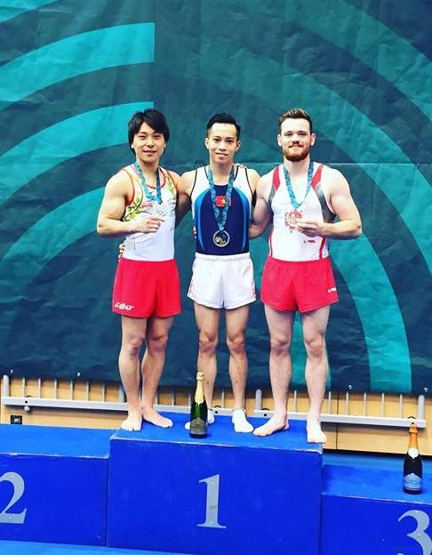 Lê Thanh Tùng (giữa) thi đấu xuất thần để đoạt HCV chung cuộc nội dung nhảy chống