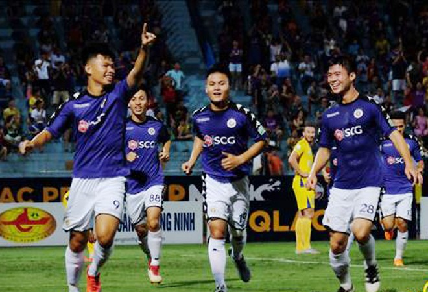 CLB Hà Nội ăn mừng chiến thắng 4-0 trước Khánh Hòa, qua đó vô địch lượt đi sớm 2 vòng