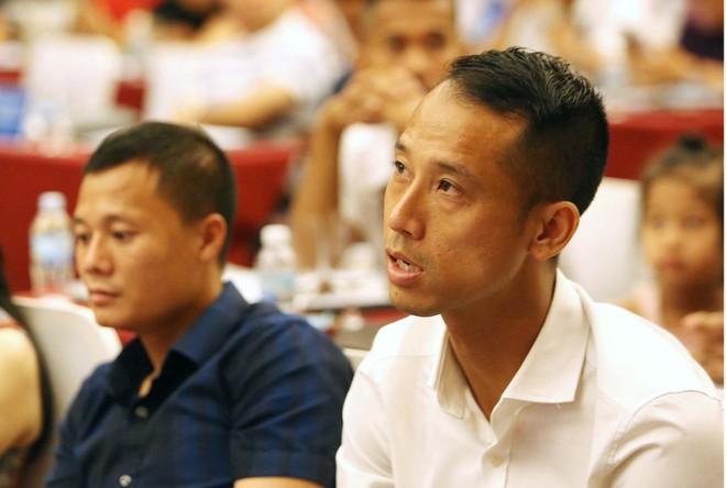 """Cựu trung vệ ĐTQG Vũ Như Thành (phải) sẽ khoác áo Từ Sơn FC dự giải """"phủi"""" hạng Nhất"""