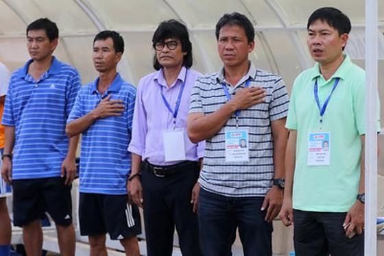 Trưởng đoàn Đoàn Phùng (giữa) và các thành viên CLB Huế bức xúc khi đội nhà bị gán ghép thi đấu tiêu cực dù sự việc chưa rõ ràng