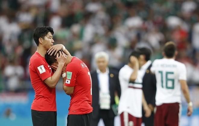 Son Heung-min trong vai trò thủ lĩnh đội tuyển Hàn Quốc động viên đồng đội sau trận thua Mexico 1-2