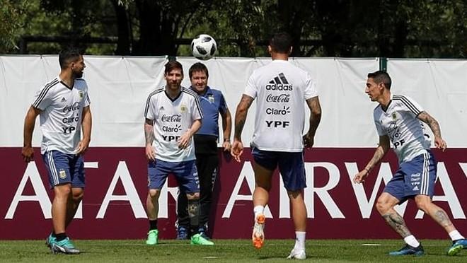 Tâm lý căng thẳng xen lẫn quyết tâm lộ rõ trong buổi tập của các cầu thủ Argentina trước trận quyết đấu Nigeria