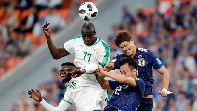 Cầu thủ Nhật Bản (áo xanh) đã dùng ý chí Samurai để buộc Senegal phải chia điểm