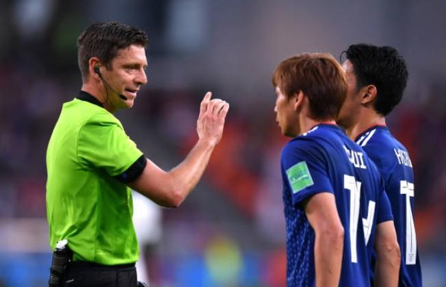 ...nhưng sau đó lại tung bóng để trận đấu trở lại, thay vì cho Nhật Bản đá phạt gián tiếp