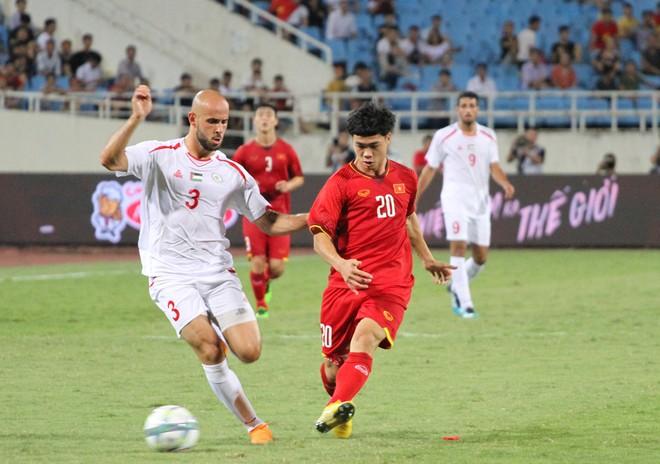 Công Phượng (áo đỏ) cùng đồng đội đã có trận đấu tốt trước Palestine