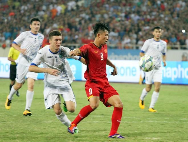 Uzbekistan (áo trắng) mang nguyên đội U21 vừa giao hữu tại Mỹ Đình sang Indonesia đá ASIAD và đích ngắm cũng là Olympic 2020