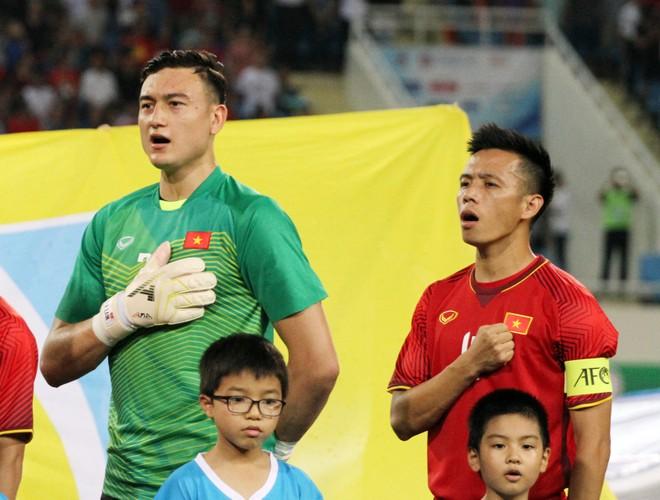 Quyết định loại thủ môn Văn Lâm và giữ lại Văn Quyết (phải) của HLV Park Hang-seo tạo ra cuộc tranh luận trên nhiều diễn đàn thể thao