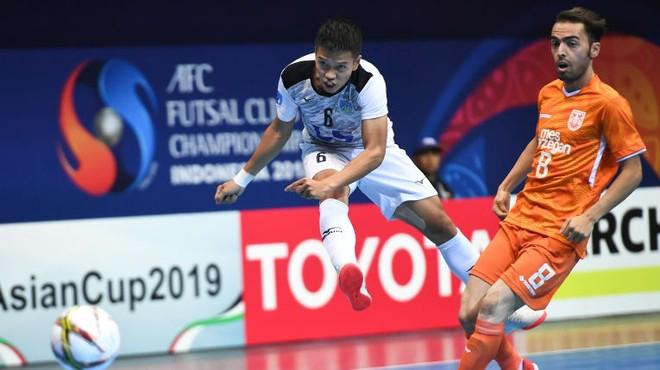 Thái Sơn Nam (áo trắng) đã chơi trận đấu tốt trước đối thủ mạnh đến từ Iran