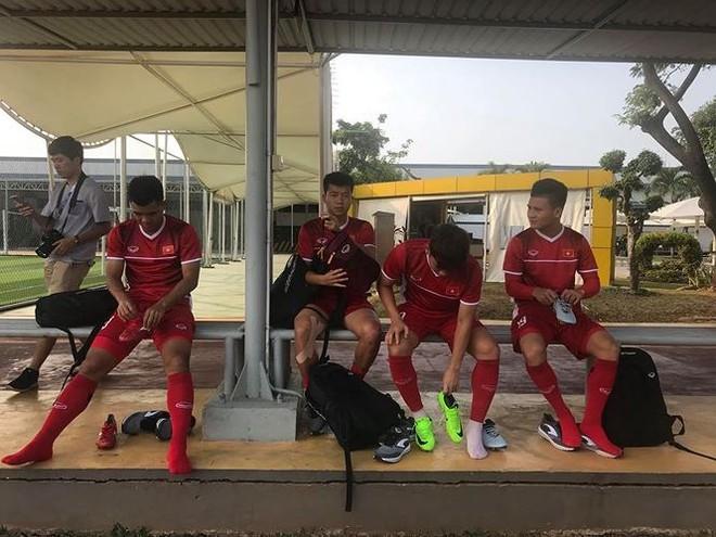 Olympic Việt Nam có buổi tập chính thức và duy nhất trên sân khu công nghiệp Samsung với mặt sân không được tốt