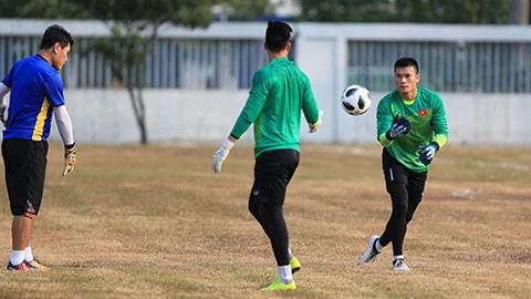 Những hình ảnh tuyển thủ Việt Nam tập trên sân bê tông (ảnh trên) và trên sân có mặt cỏ rất xấu (ảnh dưới) gây dư luận tiêu cực đối với nước chủ nhà ASIAD