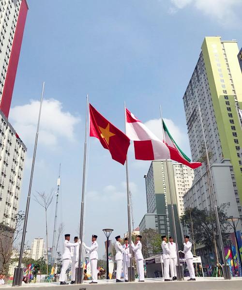 Cờ đỏ sao vàng tung bay trên bầu trời Indonesia, đánh dấu sự có mặt của đoàn Việt Nam