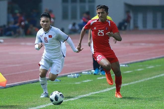 Quang Hải (áo trắng) trước sự đeo bám của cầu thủ đối phương (Ảnh: Tiểu Lam)
