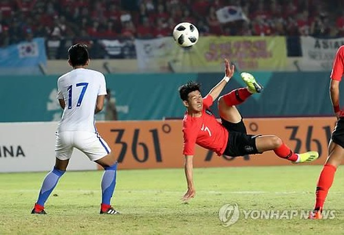 Ngôi sao đang chơi giải Ngoại hạng Anh, Song Heung-min (số 7) bất lực khi được tung vào sân ở 40 phút cuối trận